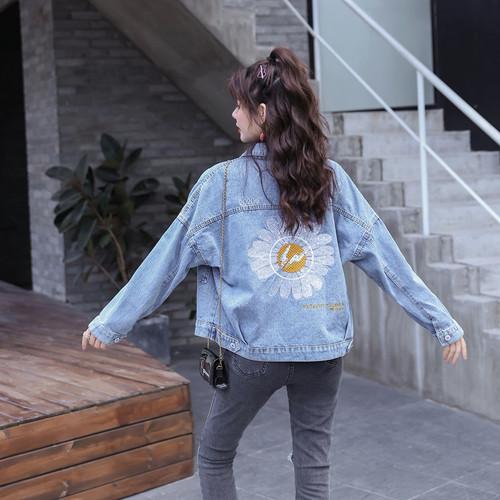K215 : Áo khoác Jean cổ bẻ thêu hoa cúc sau lưng